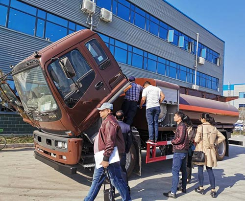 Customers From Bangladesh Come To Inspect ISUZU FTR Helicopter Refueling Truck